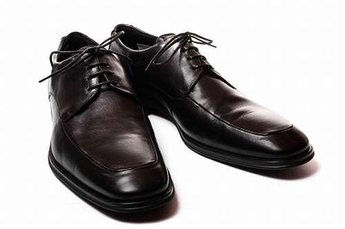 """""""おなら靴""""でデート台無しに、怒りおさまらず靴屋を訴えた ..."""